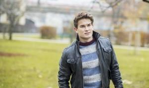 Junger Mann in einem Park