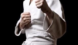 Ein Karatekämpfer in seinem Anzug